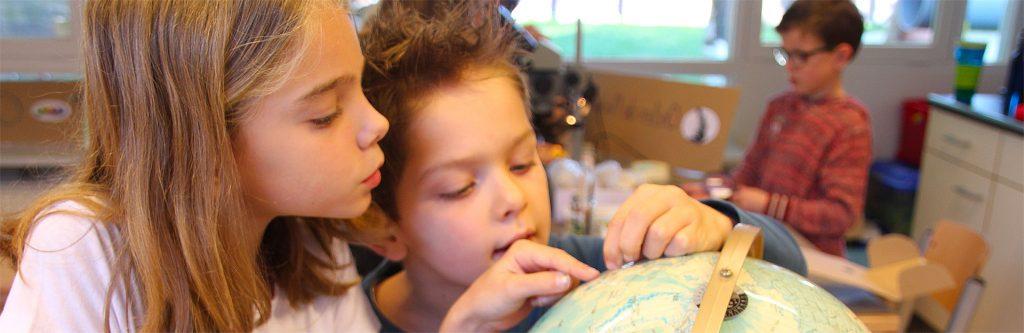 Prinses Beatrixschool Wolfheze - kinderen met wereldbol